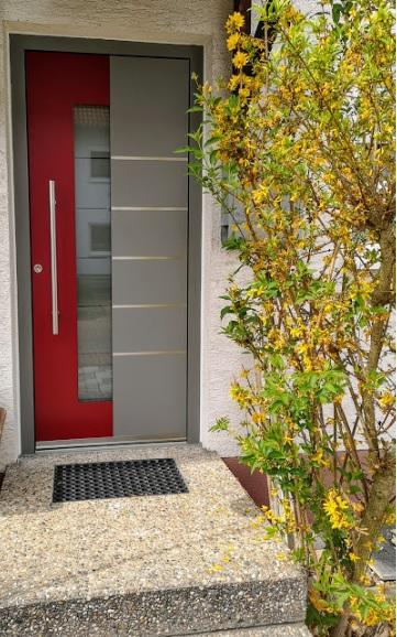 Hauseingang mit rot-grauer Aluminium-Haustür