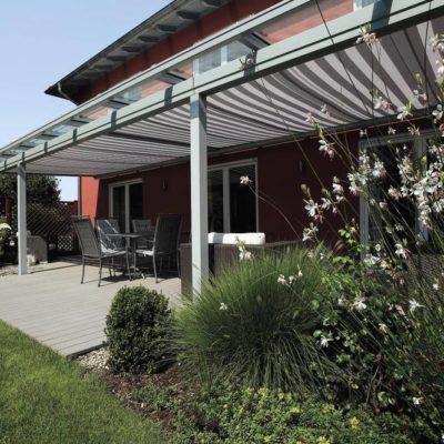 Terrassenüberdachung mit gestreifter Markise